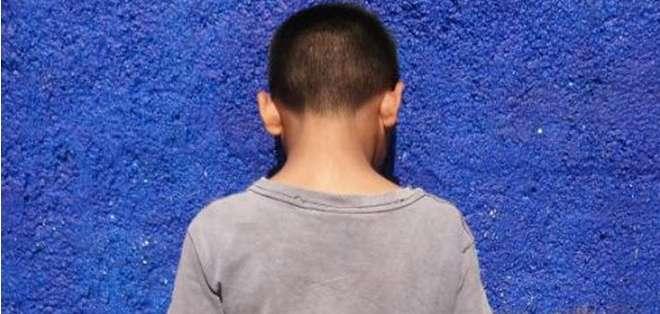 Hijo de un australiano condenado a muerte, sosteniendo la cabeza de un soldado sirio decapitado. Foto referencia de Internet