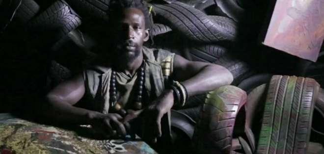 El hombre que crea curiosas esculturas de neumáticos usados