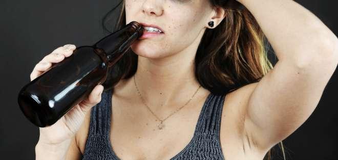 El alcohol deshidrata la piel y le quita nutrientes, haciendo que se vea opaca y cansada.