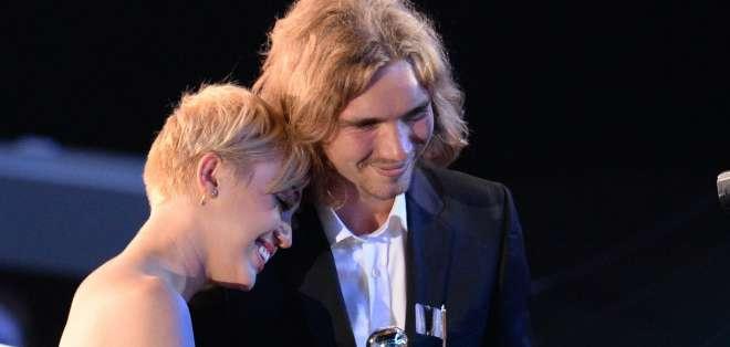 El indigente llamado Jesse recomendó a la audiencia visitar la página de Facebook de la cantante.