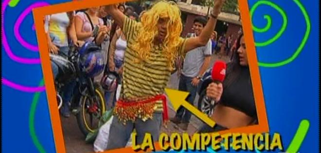 Con peluca rubia y falda, varios transeúntes dieron sus propias clases de 'danza como Shakira'.