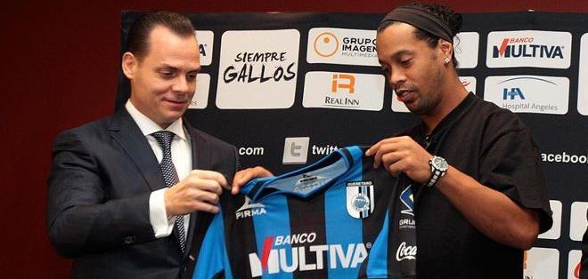 Ronaldinho con la camiseta de Gallos Blancos.