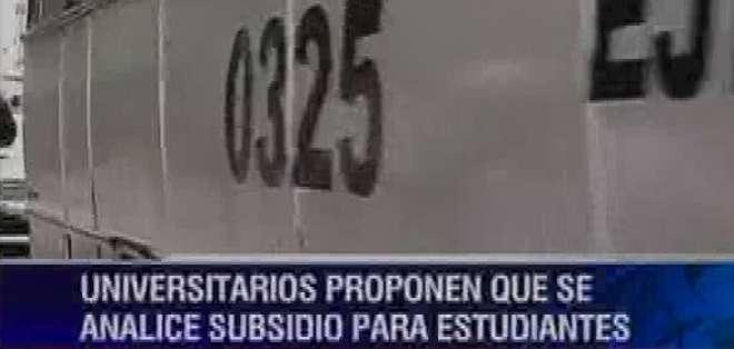 Estudiantes de Guayaquil, preocupados ante posible alza de pasajes
