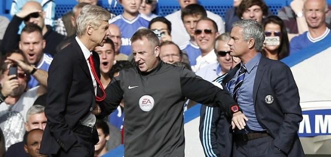 Wenger y Mourinho pasaron de las palabras a las acciones. Foto: AFP.