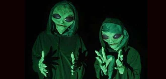 La cruel broma de dos amigos vestidos de extraterrestres