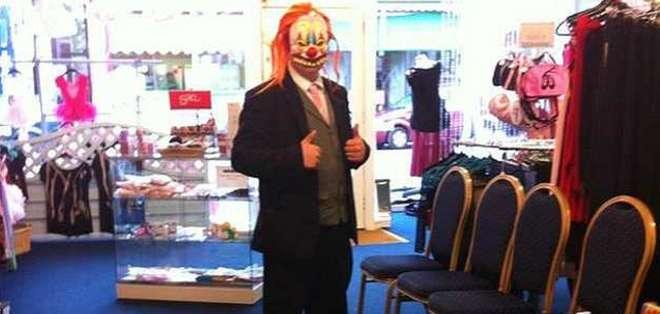 El misterioso payaso visita tiendas en Portmsouth y se queda parado en silencio.