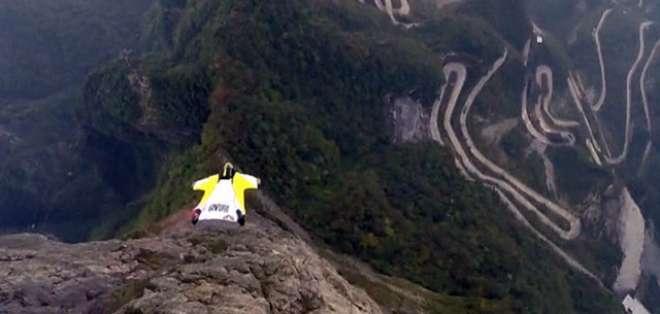 Wingsuit es un deporte extremo donde sus participantes se deslizan a ras de la montaña.