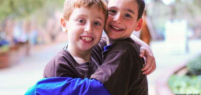 Jonah Pournazarian (izquierda) sufre glucogenosis y Dylan Siegel (derecha) quiere que se cure.