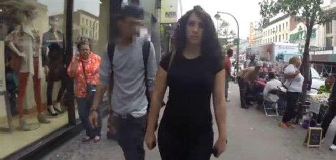 """""""Dios te bendiga, mami"""", dice este muchacho a la mujer. Sólo uno de los hombres que aparece en el video es blanco."""