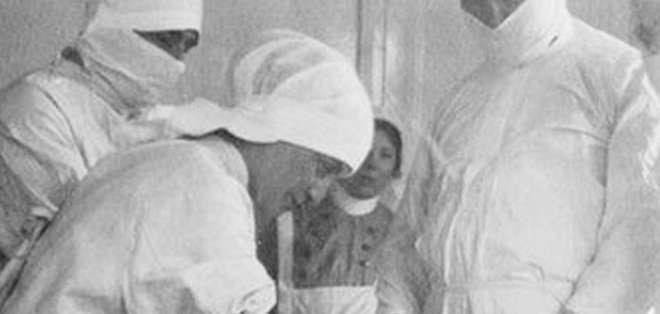 Cirujanos amputando una pierna durante la Primera Guerra Mundial.