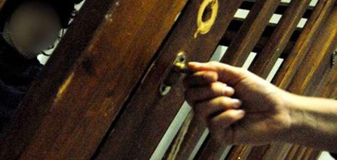 Esta imagen de 2008 muestra cómo ponen a los niños en jaulas de madera.