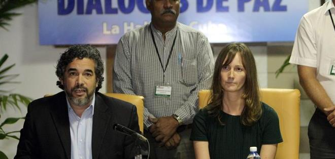 CUBA.- Rita Sandberg, garante de Noruega, y Rodolfo Benítez, representante de Cuba en los diálogos de paz entre el Gobierno colombiano y las FARC, en una rueda de prensa. Foto: EFE