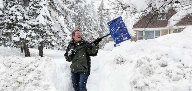 En EE.UU. mueren al menos 100 personas cada invierno por infartos provocados al remover nieve.