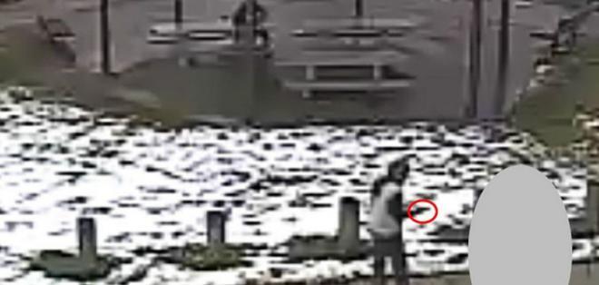 El joven fue grabado apuntando con su arma de juguete a personas en un parque.