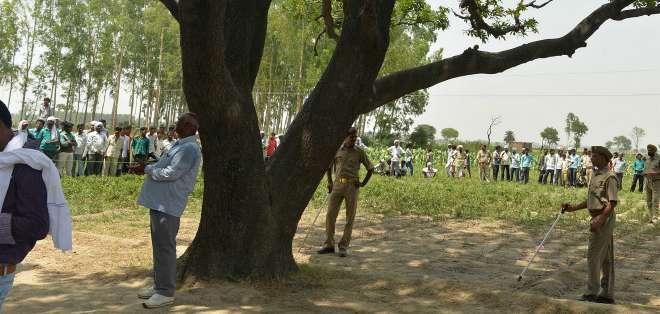 Las jóvenes aparecieron colgadas de este árbol tras -se cree- desaparecer al ir a hacer sus necesidades fuera de casa durante la noche del 28 de mayo.
