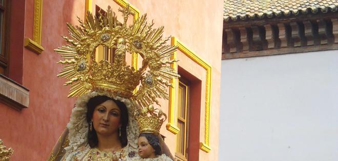 Una historia colonial se esconde tras la imagen de esta virgen ubicada en el centro de Quito.