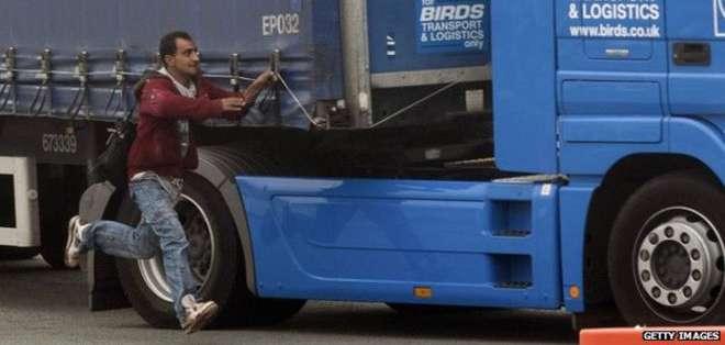 Un inmigrante sudanés murió tras viajar debajo de un camión que viajaba de Francia a Reino Unido.