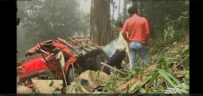 El camión circulaba por la vía Cumandá - Alausí cuando perdió pista, cayendo a un precipicio de 100 metros, según testigos.