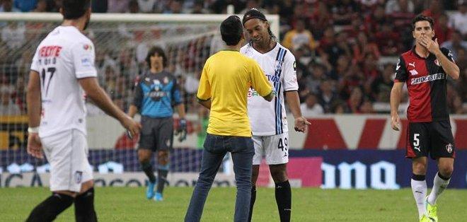 Ronaldinho seguirá en Gallos Blancos. Foto: EFE.
