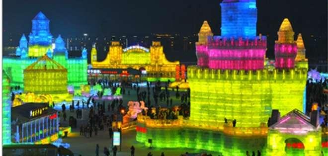 El festival, el más grande de su tipo en el mundo, atrae a miles de visitantes de China y el mundo.
