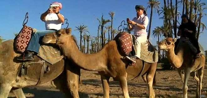 Un equipo de la BBC intenta conectarse a internet en medio de un desierto en Marruecos.