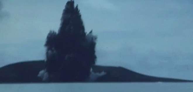 El volcán de dos cráteres se encuentra a unos 65 kilómetros al sudoeste de Nuku'alofa.