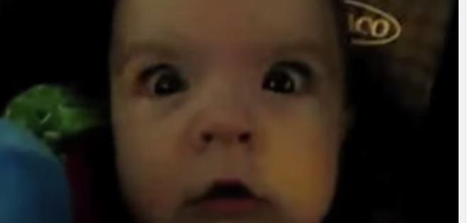 El video muestra las caras de asombro de bebés de menos de un año al ver que las luces desaparecen.