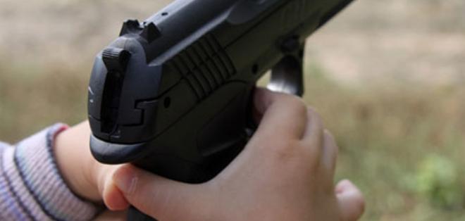 Foto de archivo.- El accidente ocurrió segundos después de que el pequeño halló el arma en la cartera de su madre.