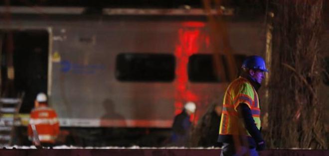 La conductora del automóvil murió cuando el tren chocó contra su vehículo, que atravesaba la vía. Fotos: EFE