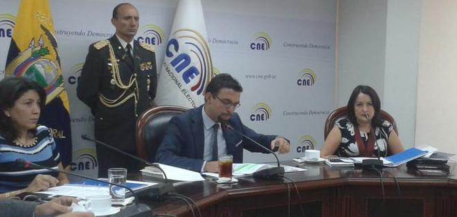 ECUADOR.- El organismo dio paso a la entrega de formularios para la consulta sobre el tránsito en Guayaquil. Fotos: CNE