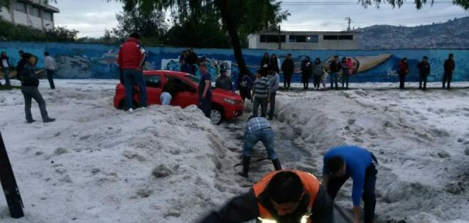 QUITO, Ecuador.- Los organismos de respuesta trabajaron en la pronta remoción del granizo de las calles capitalinas. Fotos: COE Metropolitano