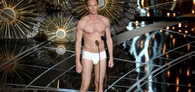 """Harris homenajeó a la película """"Birdman"""" apareciendo en calzoncillos sobre el escenario."""