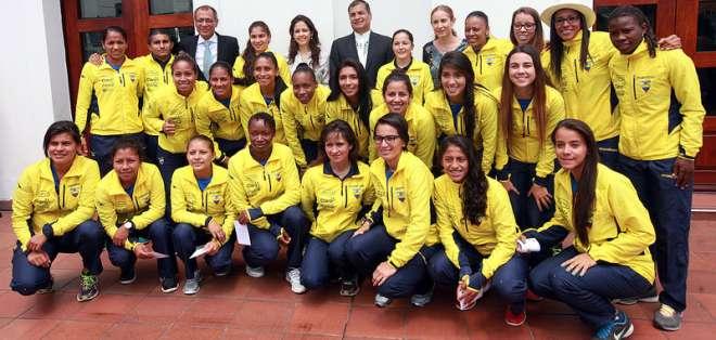 Las seleccionadas estuvieron presentes en el cambio de guardia. Foto: Presidencia.