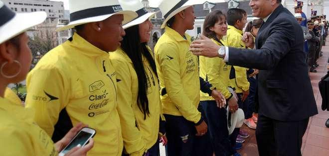 El presidente felicitando a las seleccionadas. Foto: Presidencia.