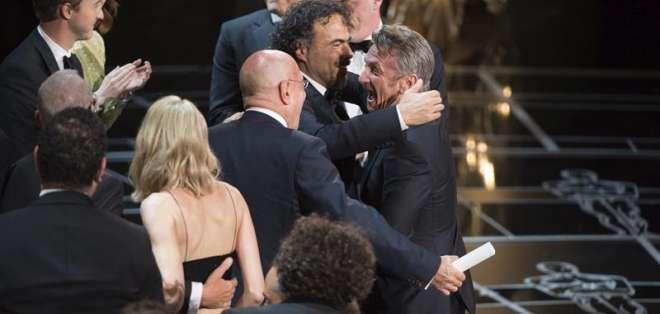 """Antes de nombrar a Birdman como la película ganadora, Sean Penn dijo """"¿Quién le dio a este hijo de puta su permiso de residencia?"""". Fotos: EFE."""