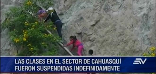 Una falla geológica sería la causa del derrumbe que hoy obstaculiza la vía Pablo Arenas-Cahuasquí.