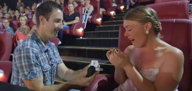 """Le pide matrimonio a su novia mientras ven """"50 Sombras de Grey"""""""