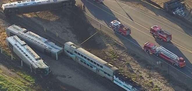 El choque entre el tractor y el tren causó el descarrilamiento de tres vagones que volcaron.