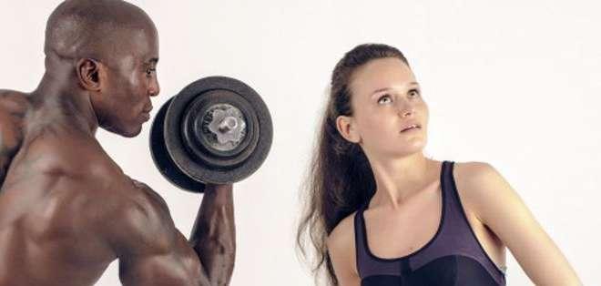 Los ejercicios en pareja estimulan la conexión, pero también pueden generar competitividad y tensión.
