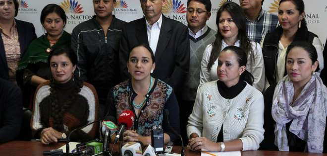 Gabriela Rivadeneira señaló que los recursos que se obtengan de la reducción de salarios de los asambleístas, serán destinados al plan de Ejecutivo. Foto: Asamblea Nacional.
