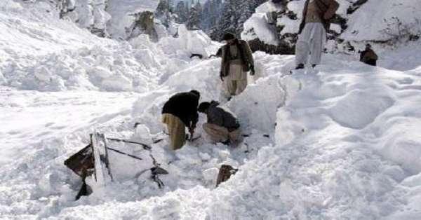 Más de 100 muertos por aludes en Afganistán