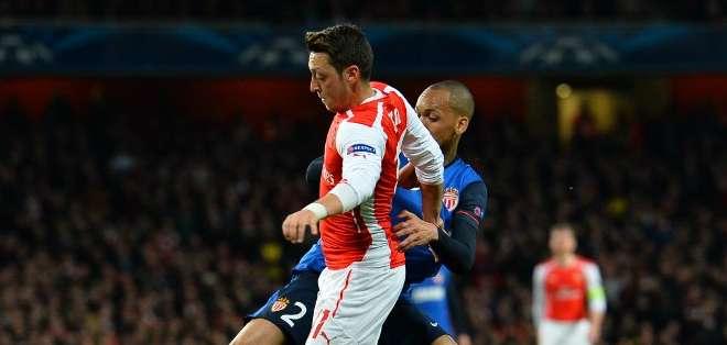 Ozil no pudo desequilibrar para el Arsenal. Foto: AFP.