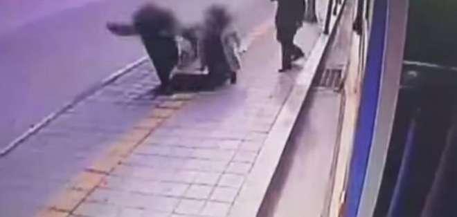 El incidente se produjo el viernes cerca de una obra y el vídeo se viraliza en las redes sociales.