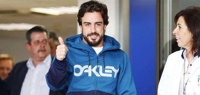 Fernando Alonso al momento de salir de la clínica (Foto: EFE)