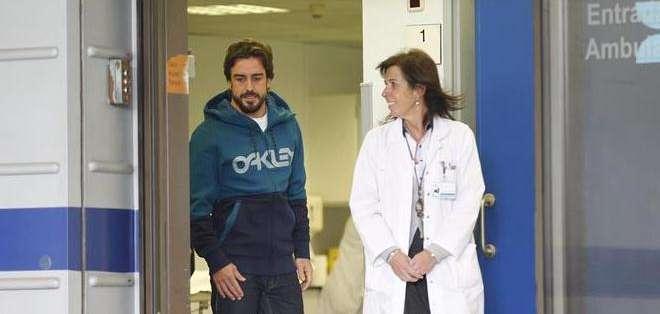 Momento en el cual el piloto español abandona el hospital (Foto: EFE)