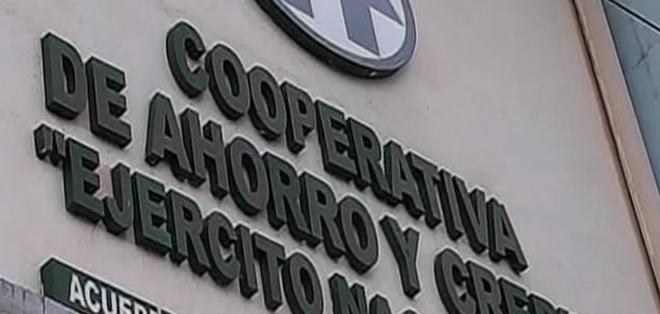 La matriz de la cooperativa del Ejército, ubicada en el sur de Quito, amaneció con decenas de cuenta ahorristas que reclamaban su dinero.