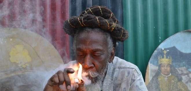 La nueva ley establece que poseer pequeñas cantidades de marihuana no es un motivo de arresto.