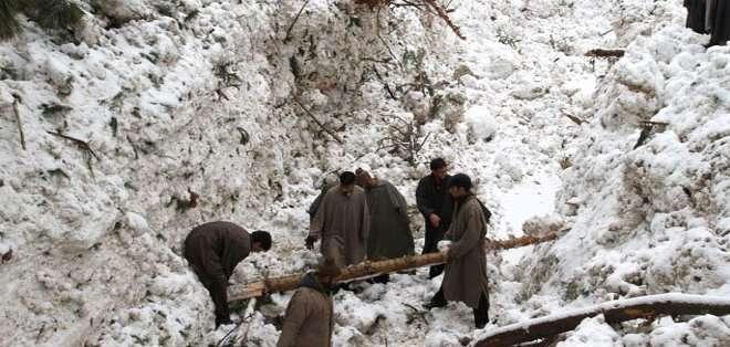 AFGANISTÁN. Los socorristas seguían este jueves intentando rescatar las víctimas bloqueadas bajo la nieve, afirmó el gobernador de Panjshir. Foto: Agencias
