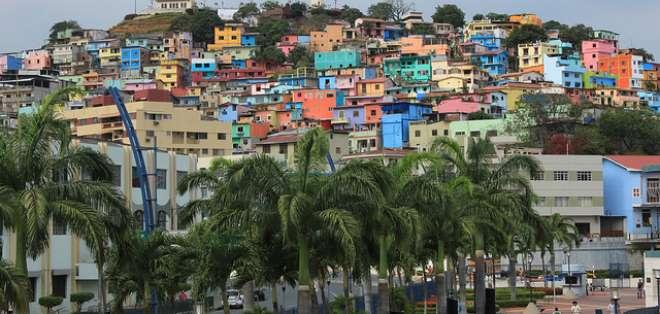 GUAYAQUIL, Ecuador.- A través de Trekker, de Google Street View, el equipo de trabajo captura imágenes panorámicas a pie. Fotos: Municipio de Guayaquil