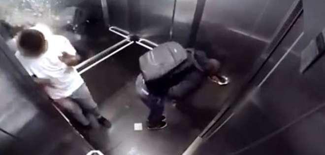 La segunda víctima entra en pánico con la broma e intenta bajarse lo antes posible gritando y aplastando el botón para abrir la puerta del elevador.